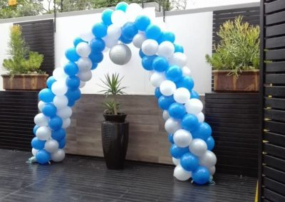 BLUE AND WHITE SPIRAL BALLOON ARCH